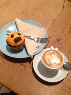 Halloween at Cup & Cake = pumpkin cupcakes + un cortado